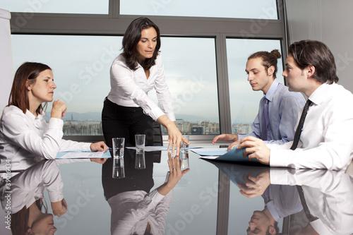Chefin hilft Mitarbeitern
