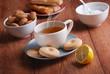 tè caldo con biscotti