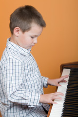 Junge spielt Klavier