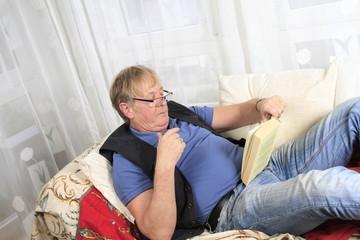 Bestager am Lesen auf einer Couch
