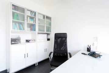 Modernes weisses Arbeitszimmer
