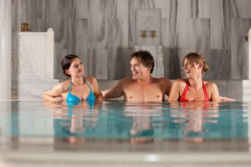 Drei Freunde im Hallenbad oder Thermalbad