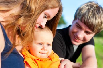 Familienglück im Sommer - Mutter, Vater und Kind