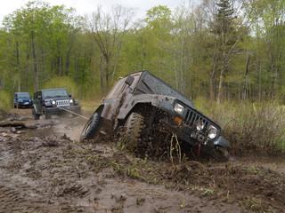 JEEP enlisé dans la boue