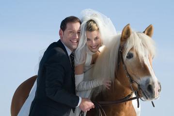 Brautpaar mit Pferd im Winter