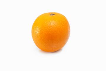 Arancia su fondo bianco