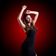 junge brünette Frau beim tanzen