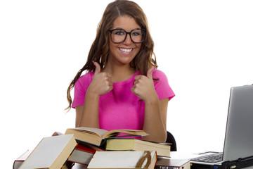 Schülerin mit pinken Oberteil und Brille zeigt beide Daumen