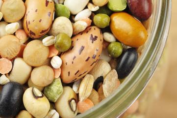 Misto di legumi e cereali secchi in vaso di vetro