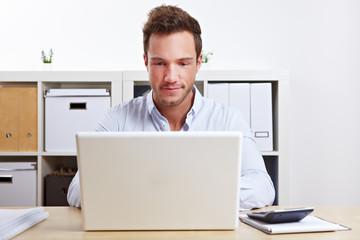 Student lernt am Laptop