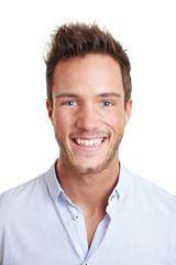 Bewerbungsfoto eines lachenden Mannes