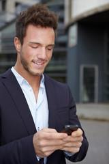 Mann checkt unterwegs sein Handy