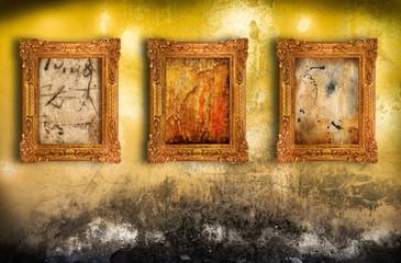 quadri vintage contro parete rovinata
