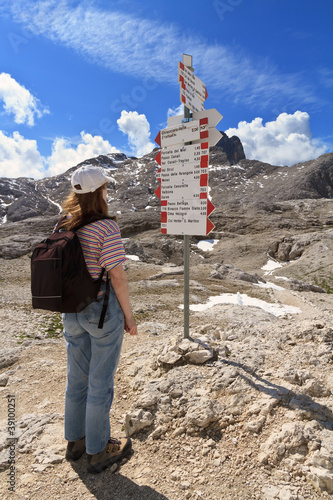 escursionista si orienta - hiker and directions