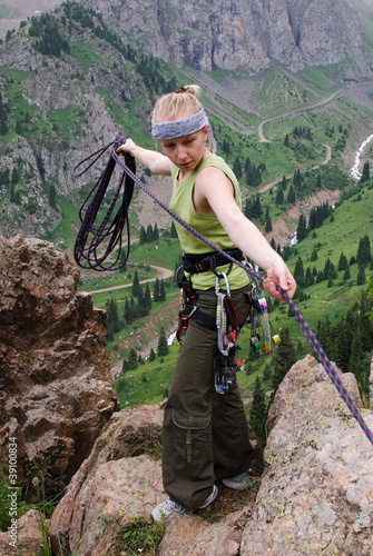 Girl-climber prepares for a cord for the insurancen