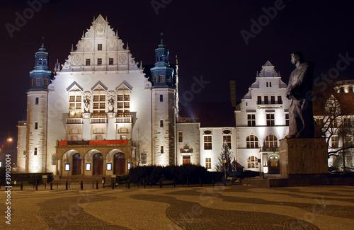 Pomnik i fasada auli uniwersytetu w Poznaniu nocą © GKor