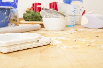 Küchentisch mit Backutensilien