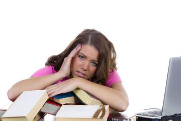 Schülerin mit pinken Oberteil hat Stress
