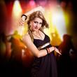 junge blonde Frau vor Club-Hintergrund
