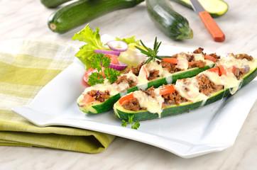 Überbackene Zucchini-Schiffchen