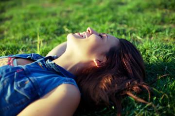 Joie et éclat de rire sur l'herbe