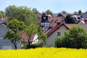 Dorf mit Rapsfeld ( Baunatal-Rengershausen)