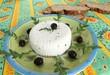 formaggetta con foglie di rucola  pane  e olive
