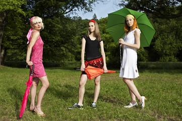 3 Frauen mit Regenschirm I.