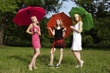 3 Frauen mit Regenschirm III.