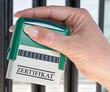 Zertifikat - Stempel mit Hand im Büro