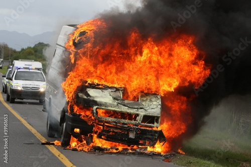 In de dag Vuur / Vlam Burning Delivery Vehicle and Police Cars
