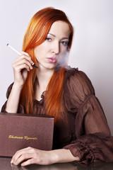 Rothaarige Frau mit elektronische Zigarette II