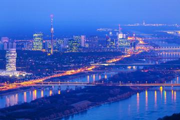 Wien bei Nacht mit Donau