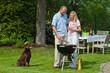 Paar beim Grillen im Garten