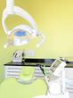 Zahnarztstuhl mit Speziallampe und Geräten