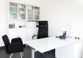 Sprechzimmer beim Arzt mit zwei leeren Stühlen