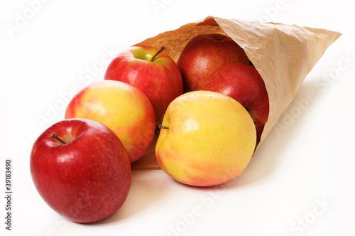 Eine Papiertüte Äpfel