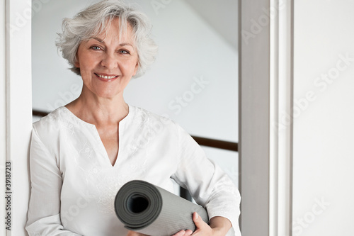 Leinwanddruck Bild Aktive Seniorin