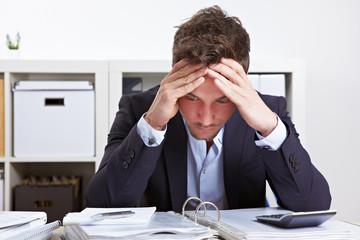Mann im Büro mit Burnout