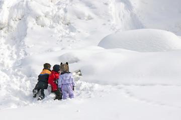 bambini giocano con la neve