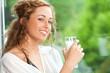 Hübsche Frau mit Glas Milch