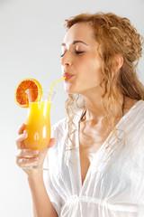 Junge Frau trinkt Cocktail