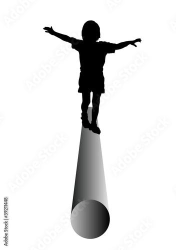 Kind balanciert auf einer Röhre,Rohr, Silhouette