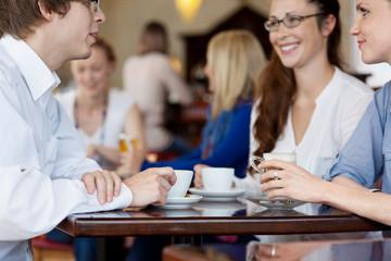 freunde sitzen im café