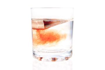 пакет чая заваривается в стеклянном стакане