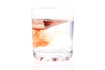 пакетик чая в стакане с водой на изолированном фоне
