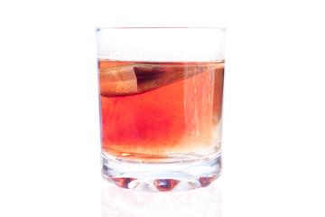 пакетик чая заваривается в стакане на изолированном фоне