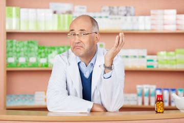 apotheker blickt skeptisch
