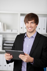 junger mann mit tablet-pc im büro