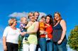 Familie und Generationen - Spaß auf Wiese im Sommer